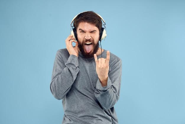ヘッドホンをつけてロックミュージックを聴いている男