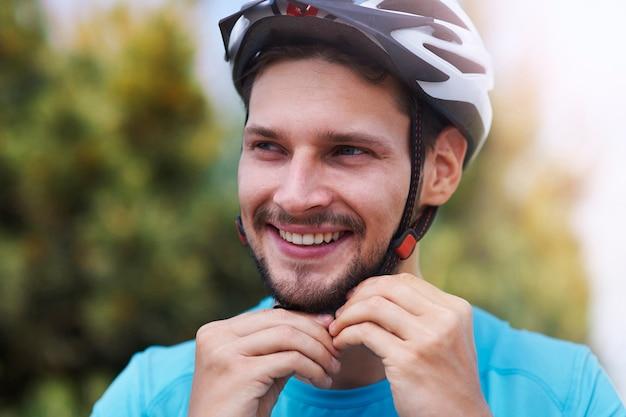 Uomo che indossa il suo casco sportivo