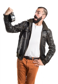Uomo che indossa una giacca di pelle che tiene orologio vintage