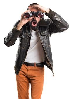 Uomo che indossa una giacca di pelle con il binocolo