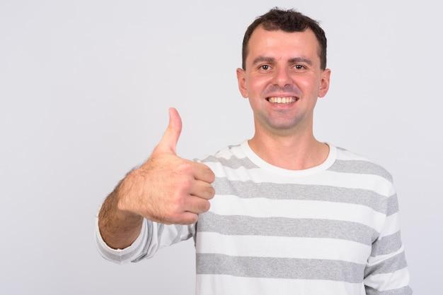 Мужчина в рубашке с длинными рукавами на белом