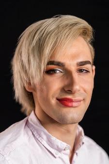 顔の半分に化粧をしている男性