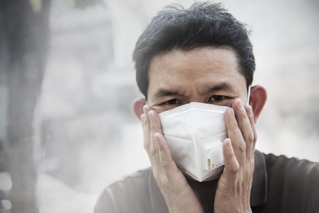 대기 오염 환경에서 미세 먼지를 보호하는 마스크를 착용하는 사람