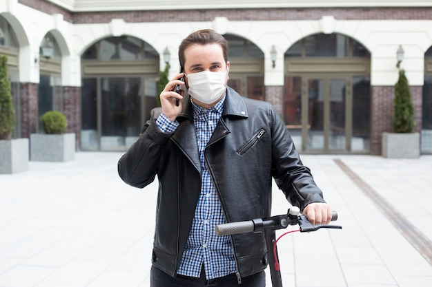 電話、コロナウイルス、病気、感染症、検疫、医療マスクで話しているマスクを着た男