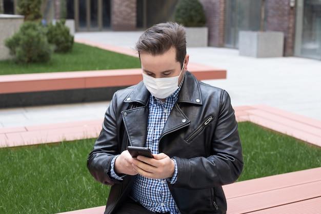 電話を使用してマスクを身に着けている男、ウイルス性疾患コロナウイルスcovid-2019の発生