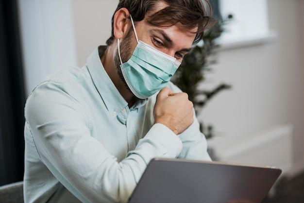 職場で医療用マスクを着用している男性