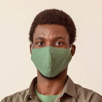 자신의 안전을 위해 의료 마스크를 착용하는 남자