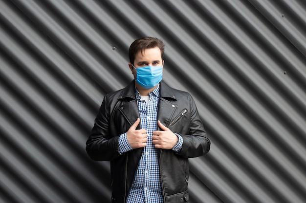 黒い壁に医療マスクを着た男