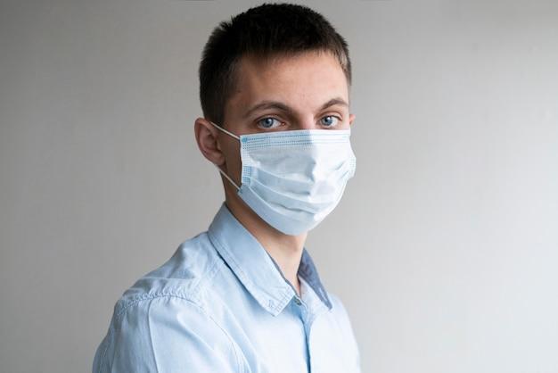 의료 마스크를 착용하는 남자