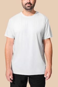 Uomo che indossa una maglietta bianca minimal
