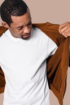 Человек, одетый в минималистичную белую футболку