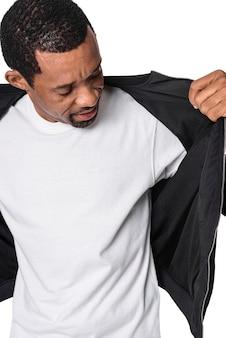 最小限の白いtシャツを着ている男