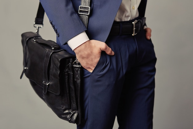 해군 양복과 비즈니스 검은 가방을 입고 남자