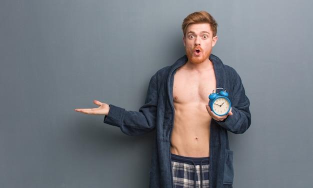 時計を持ってパジャマを着ている男