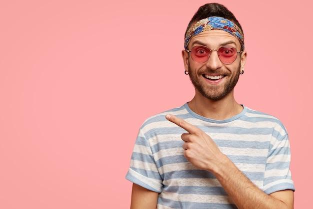 Uomo che indossa occhiali da sole rosa e bandana colorata