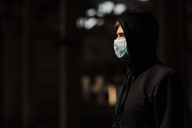 Мужчина в защитной маске от вспышки коронавируса covid-19.