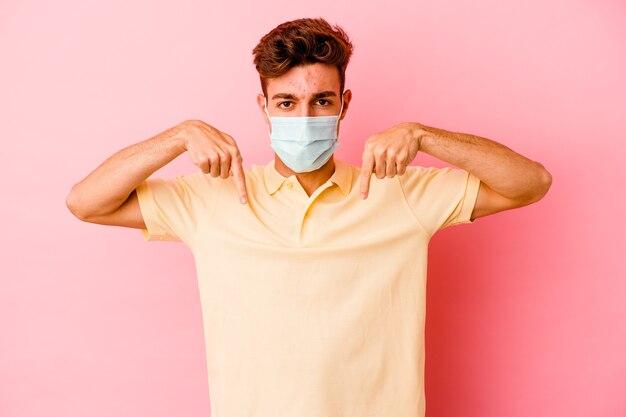 코로나 바이러스에 대한 보호를 착용하는 남자
