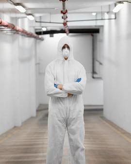 Uomo che indossa un equipaggiamento protettivo contro un rischio biologico