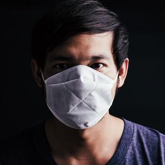Человек, носящий защитную маску со страхом в глаза, предотвратить микробы