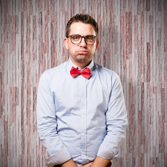 L'uomo che indossa una cravatta a farfalla rossa. guardando stanco.