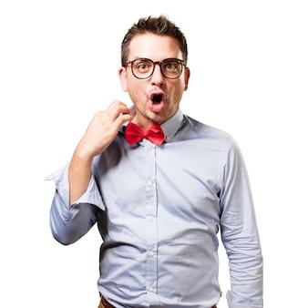 L'uomo che indossa una cravatta a farfalla rossa. guardando appesantito.