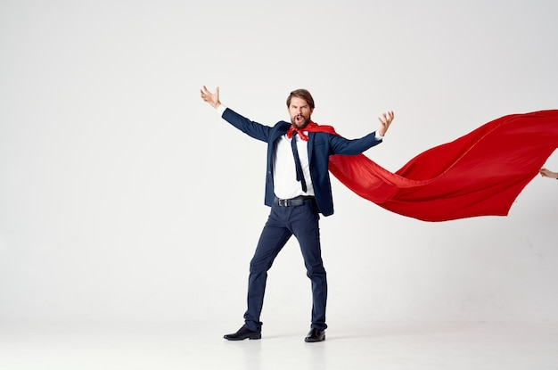빨간 망토를 입은 남자 슈퍼맨 점프