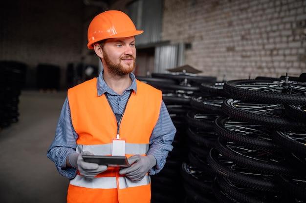 Uomo che indossa un berretto di sicurezza al lavoro