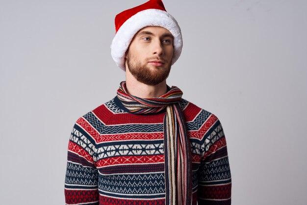 サンタ帽子をかぶった男クリスマスホリデーライフスタイル Premium写真