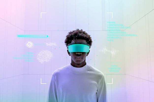 Uomo che indossa occhiali intelligenti e mostra la tecnologia futuristica dello schermo olografico