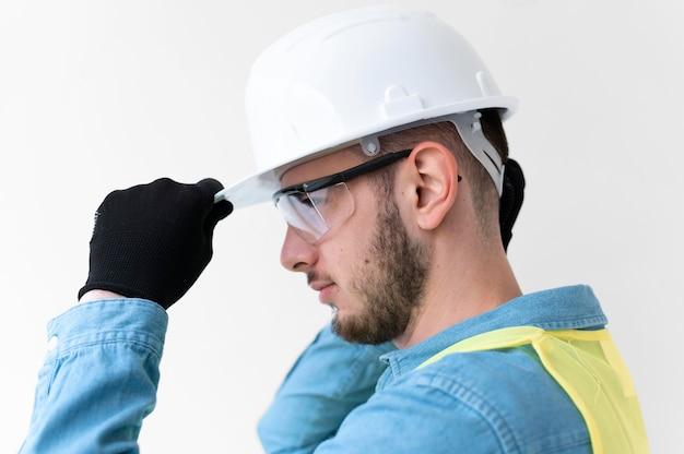 Uomo che indossa uno speciale equipaggiamento protettivo industriale