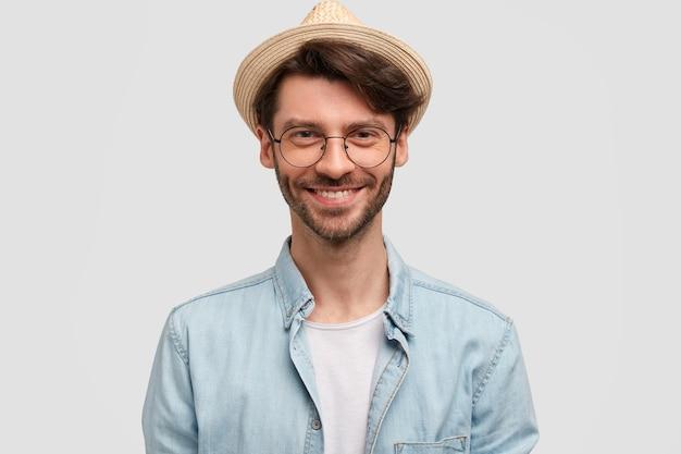 麦わら帽子とデニムシャツを着た男