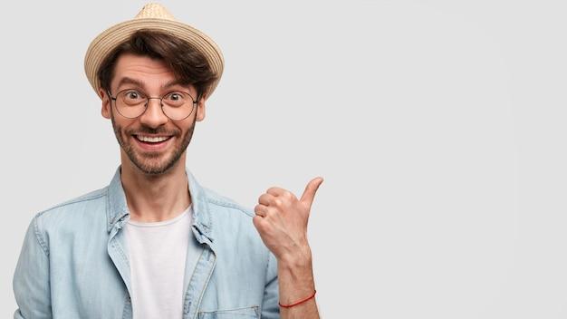 Uomo che indossa cappello di paglia e camicia di jeans