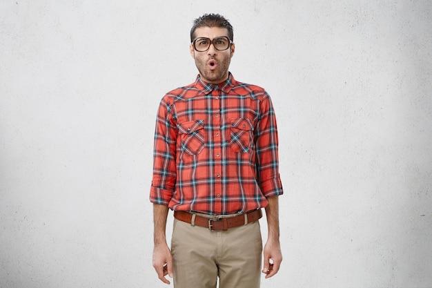 ストライプのシャツと眼鏡を着た男
