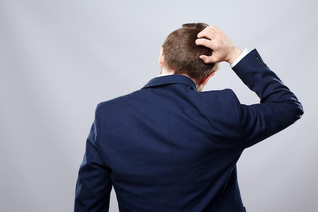 남자 양복과 안경 벽, 비즈니스 개념, 복사 공간, 초상화, 문제가, 생각.