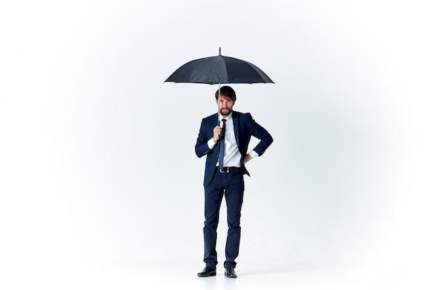 傘の雨よけの天気を身に着けている男