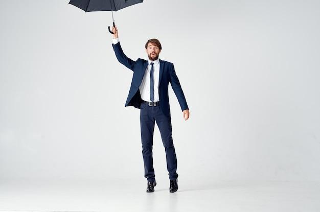 傘の雨よけ天気を着ている男