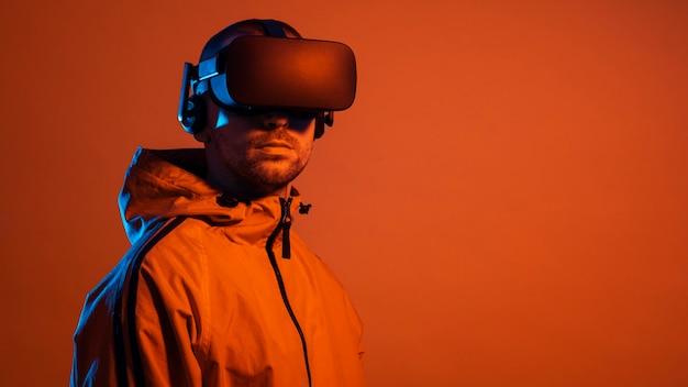 Человек, носящий гаджет виртуальной реальности с оранжевым светом