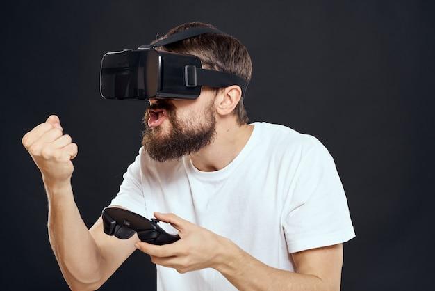 남자 손에 게임 패드와 가상 현실 안경을 착용 기술 게임 레저 어둠