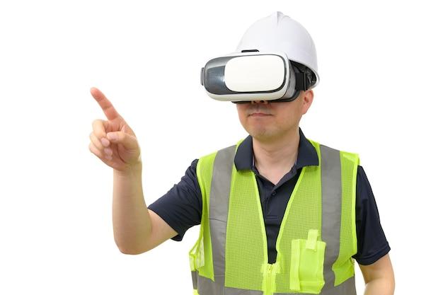흰색 배경에 고립 반사 조끼를 입고 가상 현실 고글을 착용하는 남자