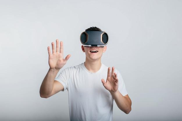 Человек, носящий очки виртуальной реальности.