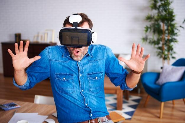 Uomo che indossa occhiali per realtà virtuale