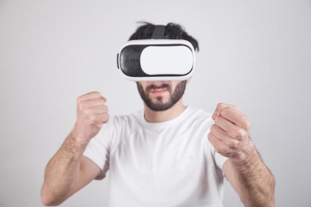 Человек в очках vr. сражайтесь в виртуальной игре