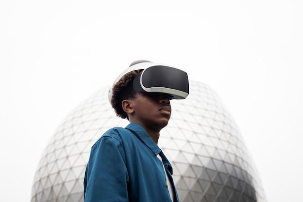 Человек, носящий vr-гарнитуру на открытом воздухе футуристической технологии
