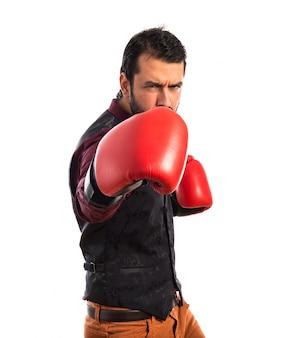 Uomo che indossa il panciotto con i guantoni da boxe