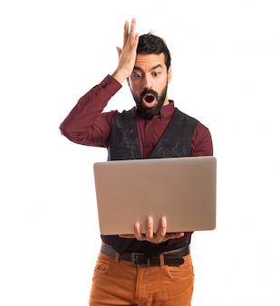 Человек в жилете с ноутбуком