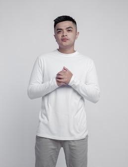 Человек в белой футболке с длинным рукавом, изолированной на простом фоне