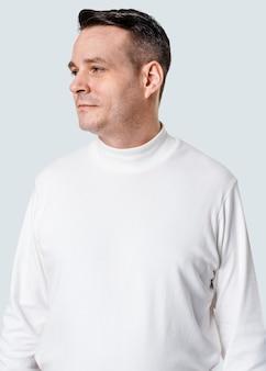 白い長袖タートルネックtシャツアパレルを着ている男