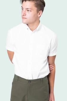 緑のズボンと白いシャツを着ている男