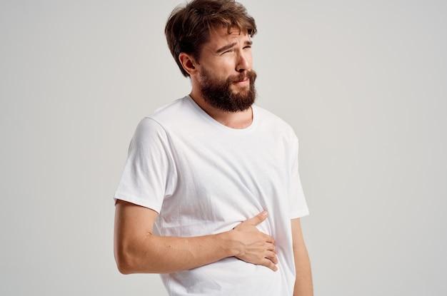 白いtシャツを着ている男性腹痛下痢薬健康問題