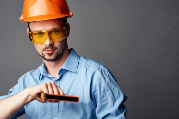 Человек в желтых очках с оранжевой краской служба безопасности труда